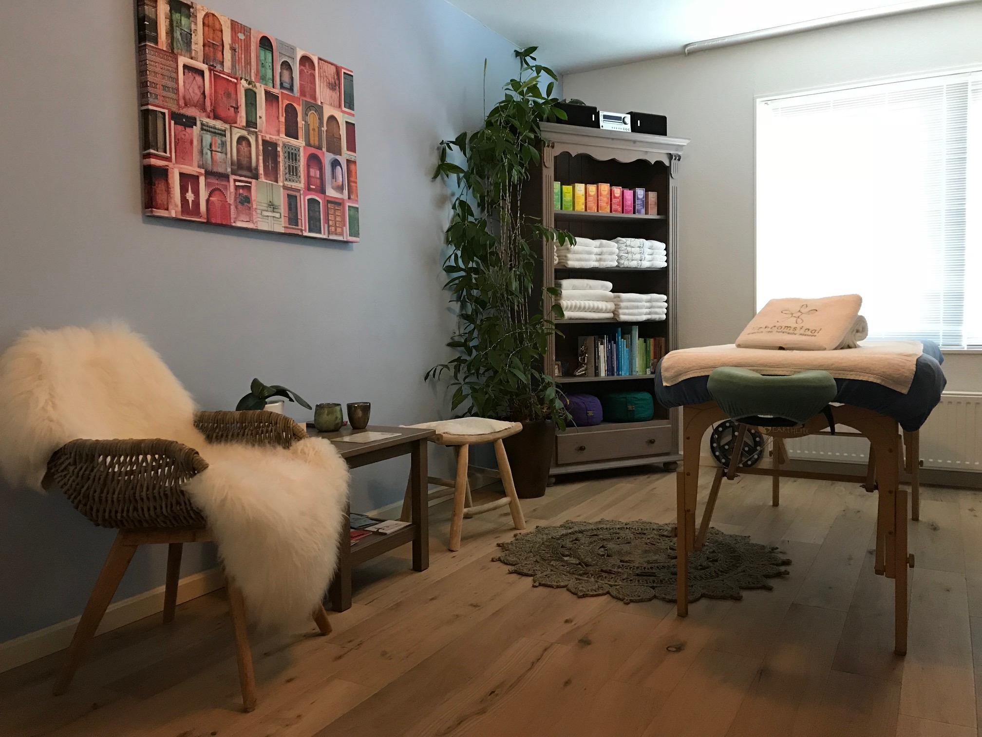 Massage bij Massagepraktijk Lichaamstaal. De praktijkruimte is sfeervol ingericht met veelal natuurlijke materialen en kleuren.