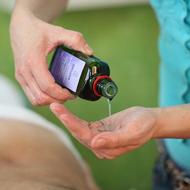 Massage in Zoetermeer bij Massagepraktijk Lichaamstaal, uitsluitend met de 100% natuurlijke olie van Weleda